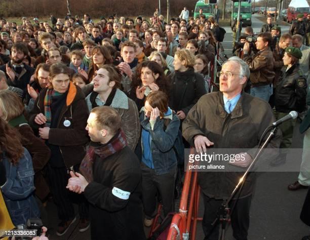 Von Bundesforschungsminister Jürgen Rüttgers wenden sich am demonstrierende Studenten vor dem Forschungsministerium in Bonn ab, um einem Redner zu...