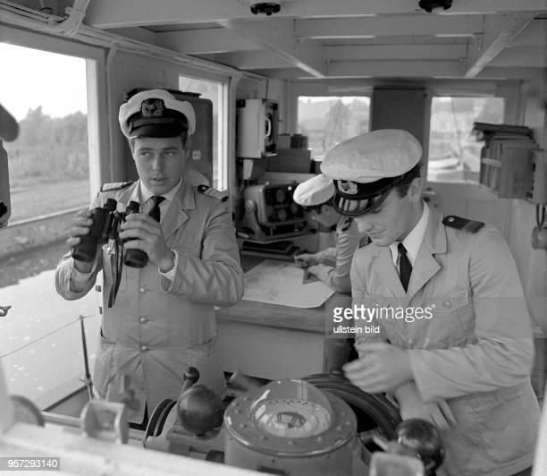 Von der Kommandobrücke des Ausbildungskutters der Seefahrtschule Wustrow aus navigieren die künftigen Schiffsoffiziere und Ausbilder gemeinsam zu...