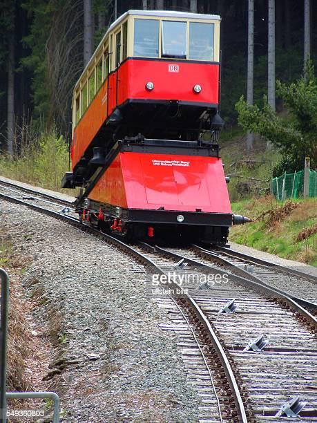 Von der Talstation Obstfelderschmiede überwindet die steilste Standseilbahn der Welt für normalspurige Eisenbahnwagen auf einer Länge von 1360 m...