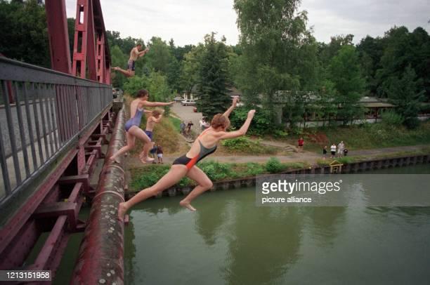 Von einer Brücke des Mittellandkanals bei Sophiental springen Annika Sindel, Christina Gartung, Jan Stapelfeld und Matthias Erbert am 8.8.1999 in 15...