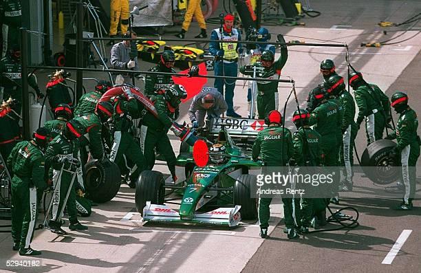 Von ENGLAND 2000 Silverstone; BOXENSTOPP - Eddie IRVINE/JAGUAR RACING FORD