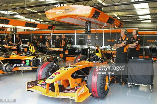 GP von ENGLAND 2002 Silverstone FREIES TRAINING ARROWS Techniker sehen mit ihrem Team wegen der Finanzschwierigkeiten in eine ungewisse Zukunft
