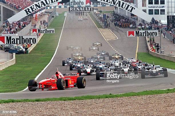 Von EUROPA 1997 Jerez; START - Michael SCHUMACHER/FERRARI vor FRENTZEN und VILLENEUVE