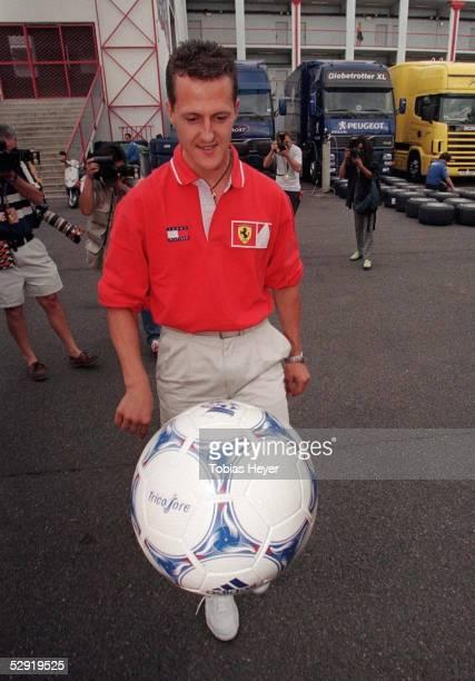 FORMEL 1 GP von FRANKREICH 1998 in Magny Cours 250698 Die Formel 1 stand an dem Wochenende ganz im Zeichen der Fussball WM Auch Michael SCHUMACHER...