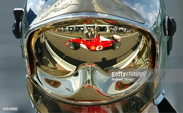 GP von FRANKREICH 2002 Magny Cours FREIES TRAINING Der FERRARI von Michael SCHUMACHER/GER spiegelt sich im Helm eines Feuerwehrmanns