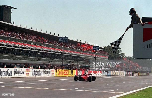 GP von ITALIEN 1996 in MONZA Michael SCHUMACHER/GER faehrt im FERRARI als Sieger durch das Ziel FAHNE/ZIELFAHNE/ZIELFLAGGE/FLAGGE