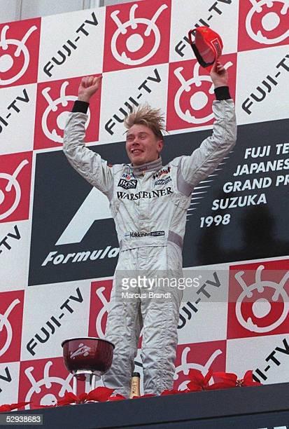 Von JAPAN 1998, Suzuka; Weltmeister Mika HAEKKINEN/McLaren Mercedes - SIEGEREHRUNG/JUBEL -