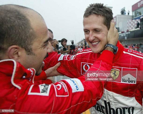 GP von Japan 2003 Suzuka Michael SCHUMACHER/Ferrari wird im Ziel von seinem AutoMechaniker Giovanni CASU umarmt