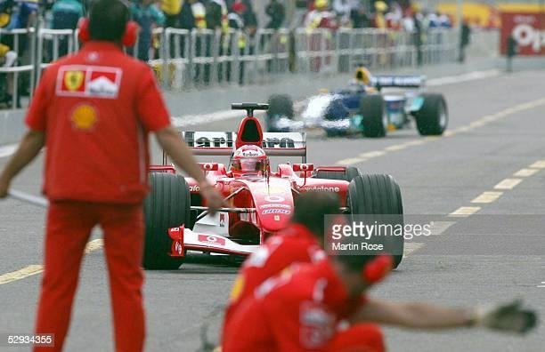 GP von Kanada 2003 Montreal freies Training Michael SCHUMACHER/GER Ferrari in der Boxeneinfahrt