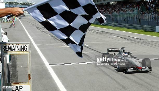 GP von Malaysia 2003 Kuala Lumpur Zielflagge fuer Sieger Kimi RAEIKKOENEN/FIN McLaren Mercedes