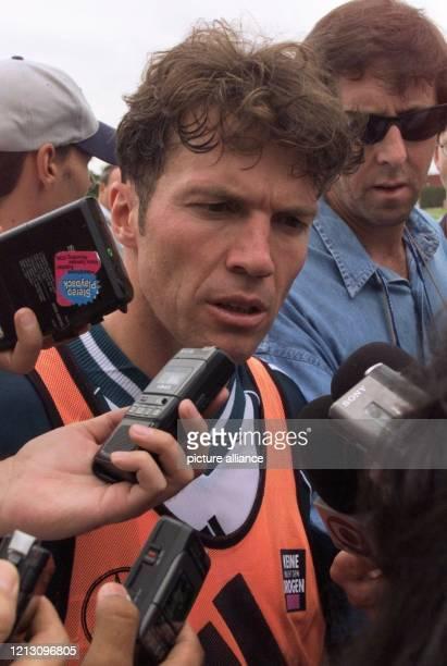 Von Reportern dicht umringt beantwortet Abwehrspieler Lothar Matthäus nach einem Training der deutschen Fußballnationalmannschaft am 2671999 in...