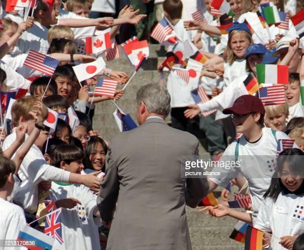 Von Schulkindern begrüßt wird USPräsident Bill Clinton am 1961999 in Köln vor dem Museum Ludwig wo die erste Arbeitssitzung der Staats und...