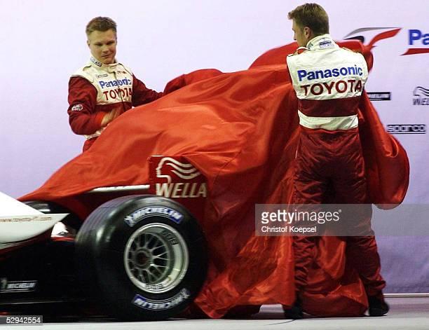 PRAESENTATION von TOYOTA 2001 Koeln EINSTIEG von TOYOTA in die Formel 1 Mika SALO/FIN Allan McNISH/GBR