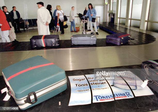Von Werbeflächen unterbrochen sind seit kurzem die Transportbänder in der Gepäckabfertigung auf dem Kölner Flughafen, aufgenommen am 4.10.1999. In...