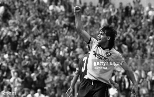 Vor begeisterten Fans erzielt Stürmer Ulf Kirsten von Dynamo Dresden am 2351987 beim Spiel gegen den 1 FC Lokomotive Leipzig im Dresdner...