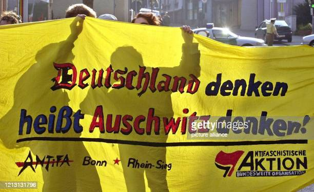 Vor Beginn der Hauptversammlung der I.G. Farben i.A. Am 23.8.2000 in Frankfurt protestieren rund 100 Menschen gegen die noch immer nicht erfolgte...
