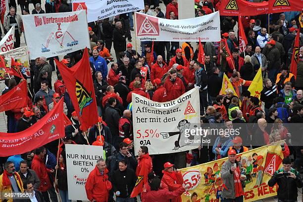 Vor Beginn der zweiten Metalltarifrunde im Bezirk Mitte demonstrieren Stahlbeschäftigte vor der Congresshalle in Saarbrücken Die IG Metall verlangt...