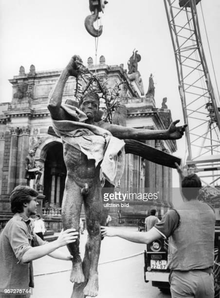 Vor dem Albertinum in Dresden wird am die Plastik 'Auferstehender' des Bildhauers Fritz Cremer abgeladen die auf der X Kunstausstellung zu sehen sein...