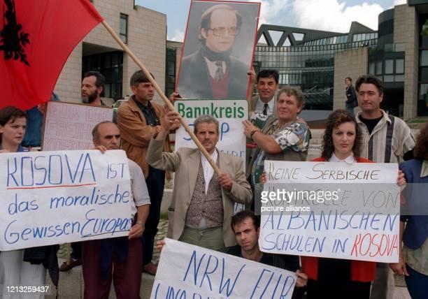 Vor dem Düsseldorfer Landtag demonstrieren am 27.6.1997 Kosovo-Albaner mit Plakaten und einem Foto ihres Präsidenten Ibrahim Rugova gegen gegen ihre...