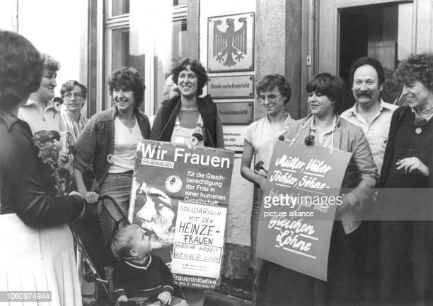 Vor dem Gebäude des Bundesarbeitsgerichtes in Kassel stehen sogenannte HeinzeFrauen und Mitglieder der Fraueninitiative aus Gelsenkirchen die sich...