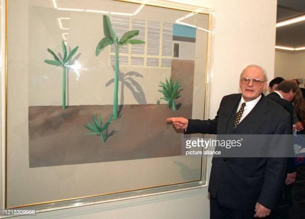 Vor dem Gemälde Hollywood Garden von David Hockney steht Bundespräsident Roman Herzog bei der Eröffnung des Neubaus der Hamburger Kunsthalle am...
