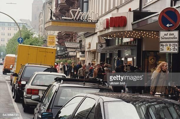 Vor dem Streits Kino in Hamburg am Jungfernstieg stehen parkende PKWs neben einem Verkehrsschild, dass ein eingeschränktes Parkverbot ausweist. Ein...
