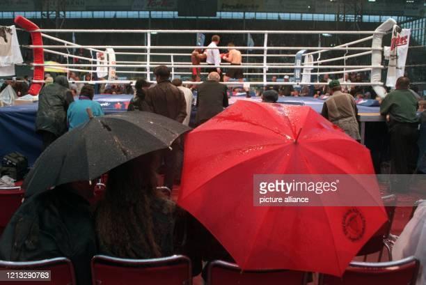 Vor dem Weltmeisterschaftskampf im Schwergwicht nach Version der IBF zwischen Axel Schulz und dem Amerikaner Michael Moorer am 2261996 im Dortmunder...