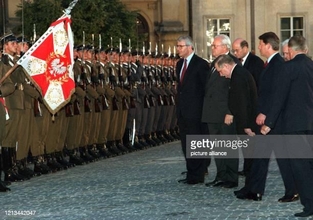 Vor der Gedenkfeier am 1 August 1994 in Warschau grüßen der britische Premierminister John Major Bundespräsident Roman Herzog Polens Staatspräsident...