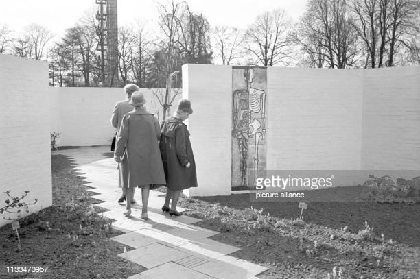Vor einem Meer von Blüten eröffnete Bundespräsident Dr. Hc Heinrich Lübke am Freitagvormittag in Hamburg die Internationale Gartenbauaustellung 1963....