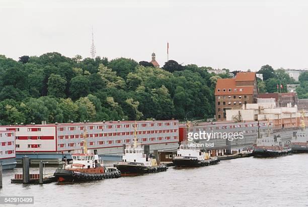 Vor einer Anlage mit Wohnschiffen für Aussiedler Asylanten und Flüchtlinge bei Altona in Hamburg liegen einige Schlepper des Hamburger Hafens an...