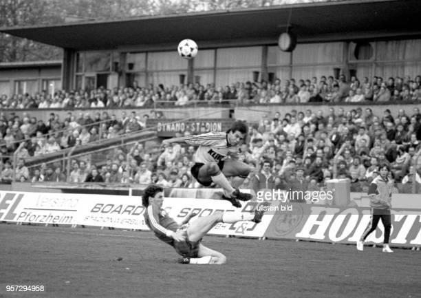 Vor einer großen Fangemeinde gewinnt der SG Dynamo Dresden das Oberligaspiel am 2331990 gegen den FC Carl Zeiss Jena mit 40 im DynamoStadion in...
