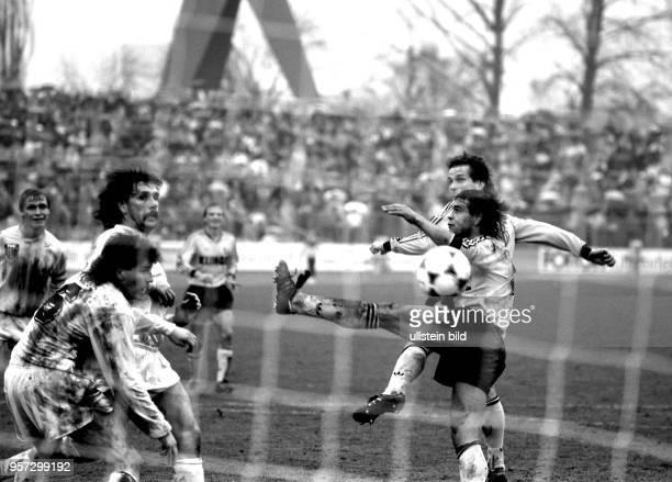 Vor einer großen Fangemeinde gewinnt der SG Dynamo Dresden das Oberligaspiel am 931990 gegen den FC KarlMarxStadt mit 20 im DynamoStadion in Dresden...
