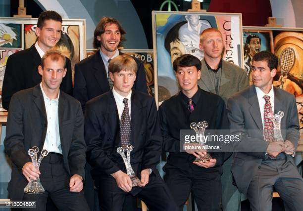 Vor einer Reihe von Gemälden stehend posieren die Tennisprofis Richard Krajicek aus den Niederlanden Goran Ivanisevic aus Kroatien Boris Becker aus...