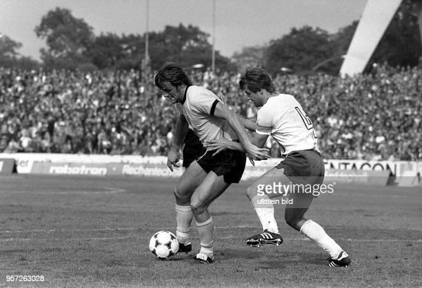 Vor einer riesigen Fangemeinde gewinnt der SG Dynamo Dresden das Oberligaspiel am 2581979 gegen den FC Carl Zeiss Jena mit 30 im DynamoStadion in...