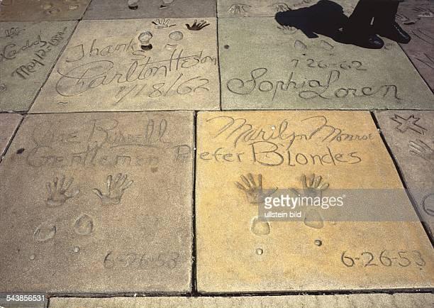 Vor Mann's Chinese Theater befindet sich der Platz wo sich Dutzende von Stars mit Fuß und Handabdrücken in Gehwegplatten verewigt haben Hier die...