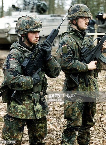 Vorbereitung des deutschen Kontingents der Bundeswehr auf einen möglichen Einsatz im Kosovo - Konflikt: Soldaten im Kampfanzug und mit...
