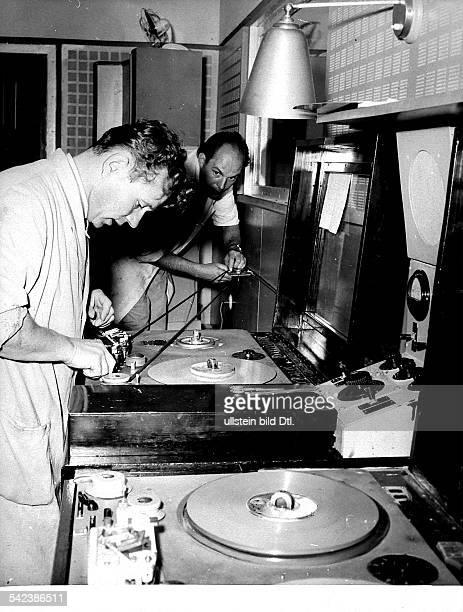 Vorbereitung zum Beginn der Erstsendungdes Senders Freies Berlin im Funkhaus amHeidelberger Platz3151954