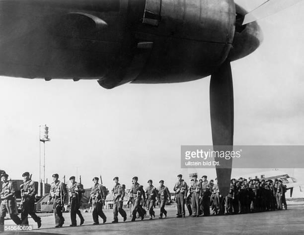 Vorbereitungen zur anglo-französischen Intervention im Suez-Gebiet: Britische Truppen werden vom Luftwaffenstützpunkt Blackbushe aus auf Stützpunkte...
