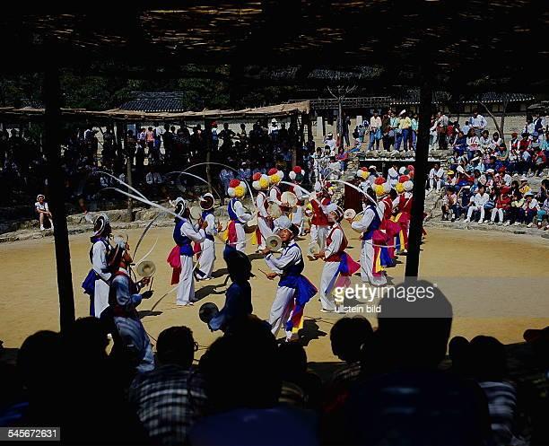 Vorführung eines Schamanentanzes in einemVolkskunde Dorf 1990