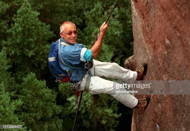 Freizeitkletterer Heiner Geißler seilt sich von der Felsspitze ab. CDU-Politiker Heiner Geißler liebt den Extremsport. Vor drei Jahren wäre ihm diese...