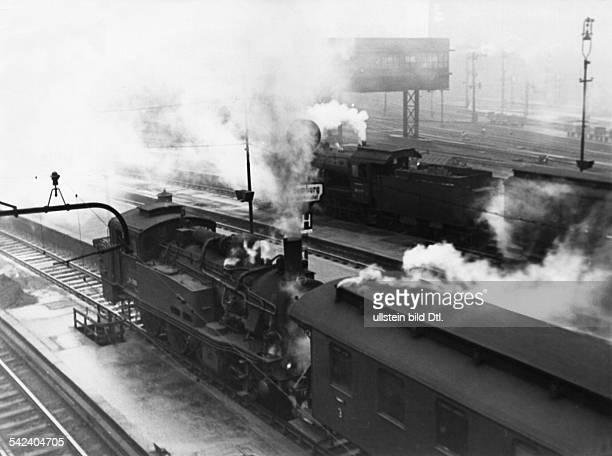 Vorortzüge mit Dampflokomotiven auf dem Hamburger Hauptbahnhof 1954