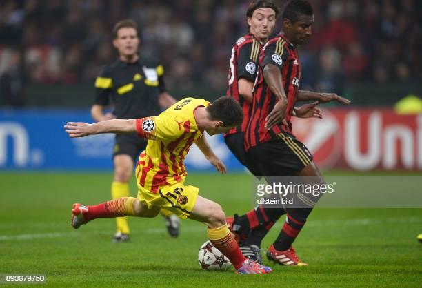 FUSSBALL CHAMPIONS LEAGUE SAISON 2013/2014 Vorrunde AC Mailand FC Barcelona Lionel Messi erzielt das Tor zum 11 Ausgleich beobachtet von Riccardo...