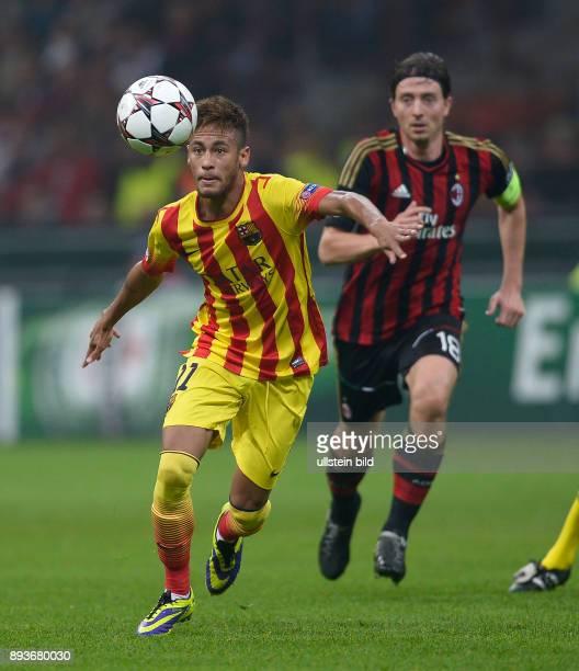 FUSSBALL CHAMPIONS LEAGUE SAISON 2013/2014 Vorrunde AC Mailand FC Barcelona Neymar am Ball beobachtet von Riccardo Montolivo