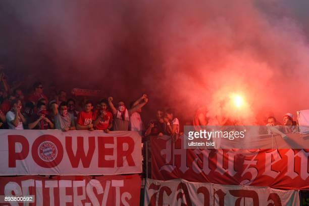 FUSSBALL CHAMPIONS LEAGUE SAISON 2014/2015 Vorrunde AS Rom FC Bayern Muenchen FC Bayern Fans mit Pyro und Rauchbomben im Gaestefanblock der...