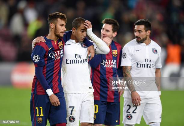 FUSSBALL CHAMPIONS LEAGUE SAISON 2014/2015 Vorrunde FC Barcelona Paris St Germain Neymar umarmt Lucas beobachtet von Lionel Messi und Ezequiel Lavezzi
