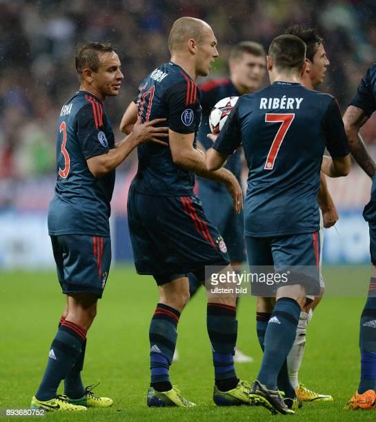 FUSSBALL CHAMPIONS LEAGUE SAISON 2013/2014 Vorrunde FC Bayern Muenchen FC Viktoria Pilsen Arjen Robben will keinen Elfmeter schiessen Rafinha und...