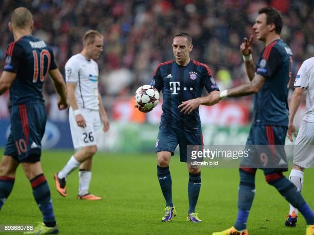 FUSSBALL CHAMPIONS LEAGUE SAISON 2013/2014 Vorrunde FC Bayern Muenchen FC Viktoria Pilsen Arjen Robben will keinen Elfmeter schiessen er zeigt auf...