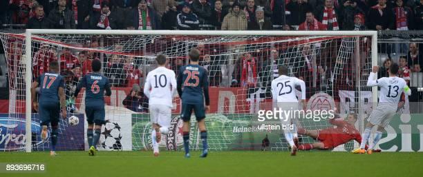 FUSSBALL CHAMPIONS LEAGUE SAISON 2013/2014 Vorrunde FC Bayern Muenchen Manchester City Tor zum 22 Ausgleich Elfmeter Torwart Manuel Neuer machtlos...