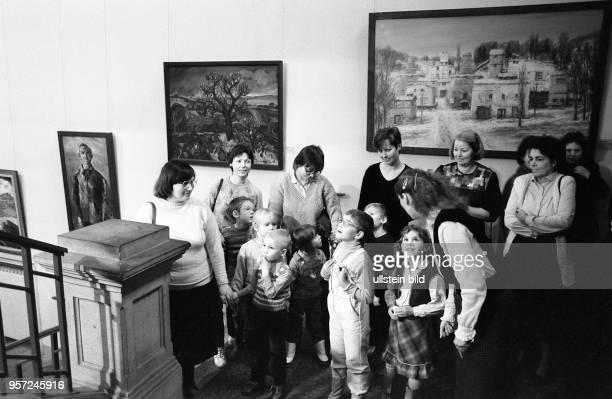 Vorschulkinder besuchen im Dezember 1987 mit ihren Müttern die X Kunstausstellung der DDR im Albertinum in Dresden Die Ausstellung fand vom 03...