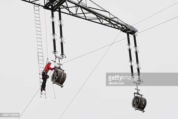 Vorseilzugarbeiten an der 380kVFernleitung des Übertragungsnetzbetreibers 50Hertz zwischen Schwerin und Geesthacht bei Hamburg Per Helikopter werden...